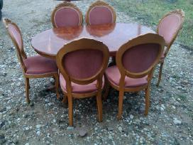 Prasididinantis stalas ir 6 kedes