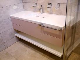 Lieto akmens stalviršiai virtuvei ir voniai