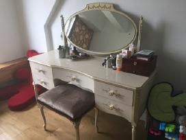 Parduodamas antikvarinis kosmetinis staliukas