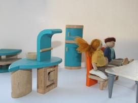 Mediniai baldai su lėlytėmis