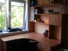Kampinis rašomasis stalas su erdviomis lentynomis