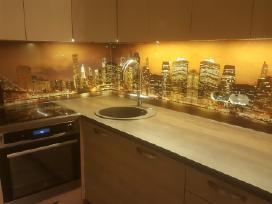 Stiklo sienele virtuveje tarp spinteliu Klaipedoje
