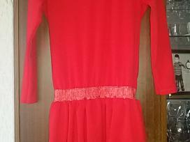 Naują su etiketę suknelė