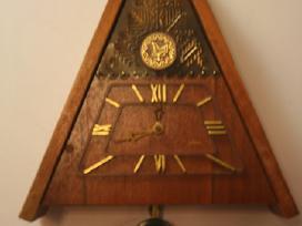 Tarybinis pakabinamas laikrodis gegute