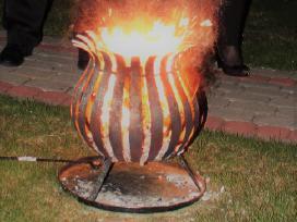 Ugnies stovas gintaro dulkės ceremonijai / aukuras