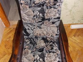 2 foteliai ir medinis stalas