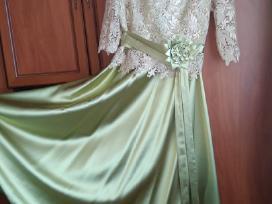Elegantiska atlasine suknele moteriai