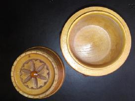 Naturalaus medžio bačkutė su gintaru papuošalams