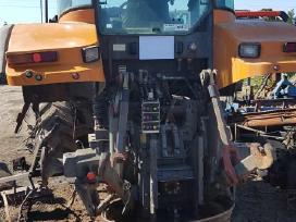 Traktorius Renault Ares ardomas dalimis