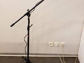 Mikrofonas Sennheiser e835s su stovu.