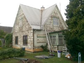 Mediniu namų dažymas.