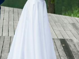 Balta, ilga vestuvinė suknelė