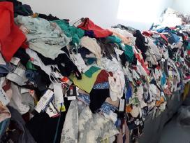 Nauji drabužiai stock, urmu iš Prancūzijos