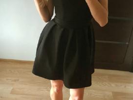 Pūsta juoda suknelė