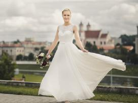 Pieno baltumo ilga vestuvinė suknelė