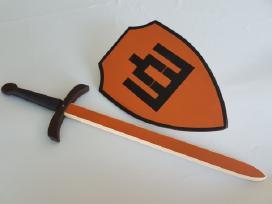 Mediniai kardai,lankai ,šautuvai ,skydai.