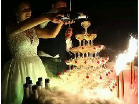 Šampano taurių piramidės šou su efektais
