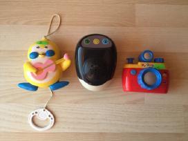 2 grojantys žaislai ir fotoaparatas