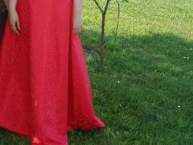 Nuostabi raudona suknelė