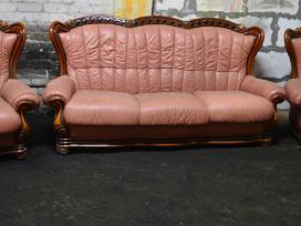 Klasikinė odinė sofa su medžiu ir du foteliai