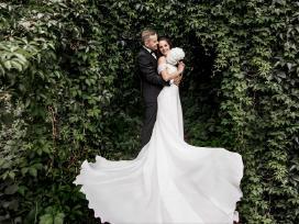 Išskirtinė rankų darbo vestuvinė suknelė