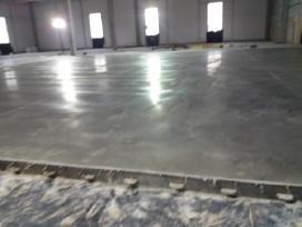 Pramoniniu grindu betonavimas.