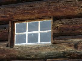 Ieškau nedidelių medinių kaimo pastatų langelių
